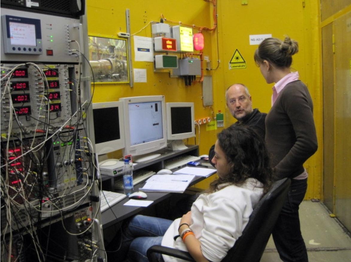 studenti presso il laboratorio di fisica